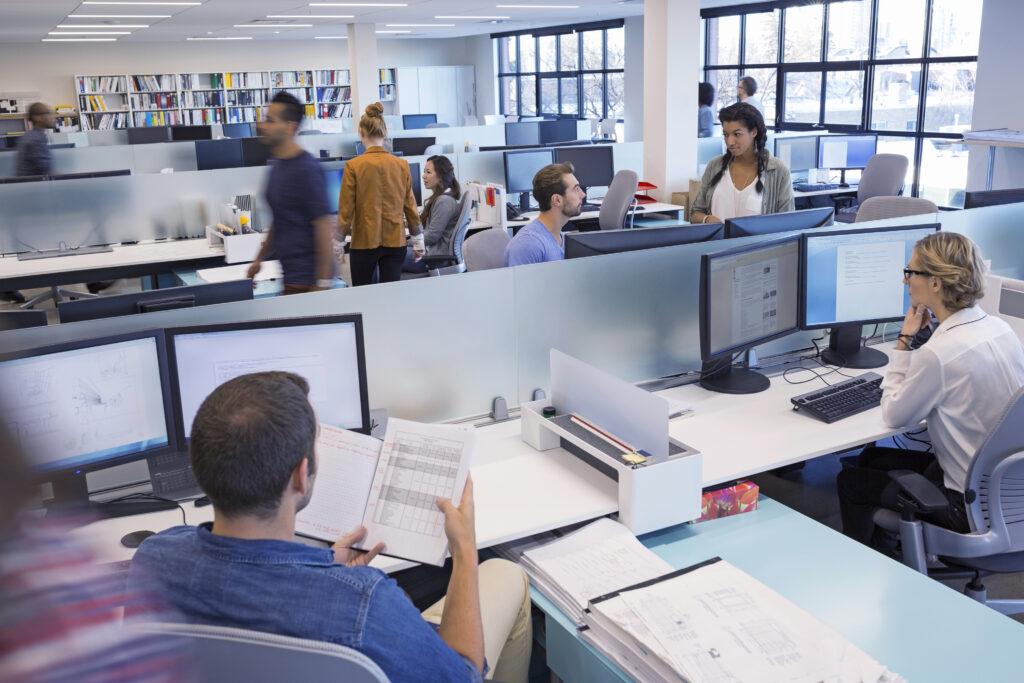 Åbent kontor med folk der arbejder
