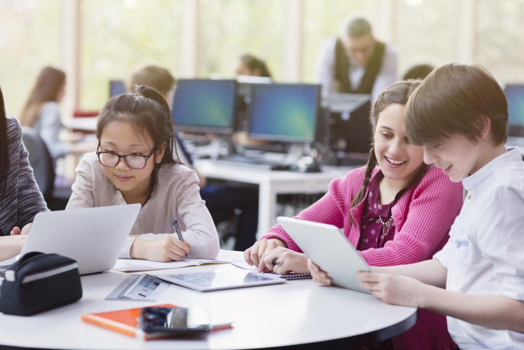 Børn arbejder med tablets i skolen